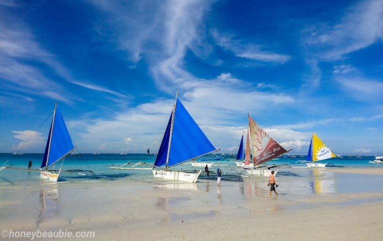 sailboats-on-the-shore-of-boracay-island-philippines